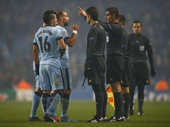 Игроки «Сити» обступили арбитра Сидиропулоса.
