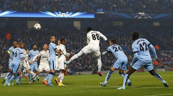 Сейду Думбия отправляет первый мяч в ворота «Сити».