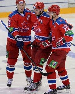 Хоккеисты ЦСКА Георгий Мишарин, Александр Радулов, Никита Зайцев (слева направо)